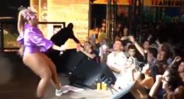 Gaby Amarantos cai em show e vai parar no hospital(Foto: Reprodução )