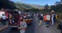 Acidente entre caminhão e carro de passeio fecha a BR-381(Foto: Divulgação/CBMMG)