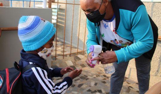 Volta às aulas presenciais: Alunos são recepcionados com segurança seguindo os protocolos sanitários(Foto: Regiane A. Ferreira/Acom PMJM)